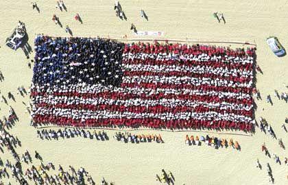 Trauer in Australien: Mehr als 5000 Menschen in roter, blauer und weißer Kleidung versammelten sich an der Goldküste