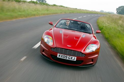 Tempo 100 in 4,3 Sekunden: Auch bei den Sprintwerten ist der Aston Martin DBS Volante absolut bondtauglich
