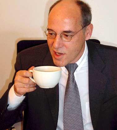 Steuerpflichtiger Genuss: Gregor Gysi beim Kaffeetrinken