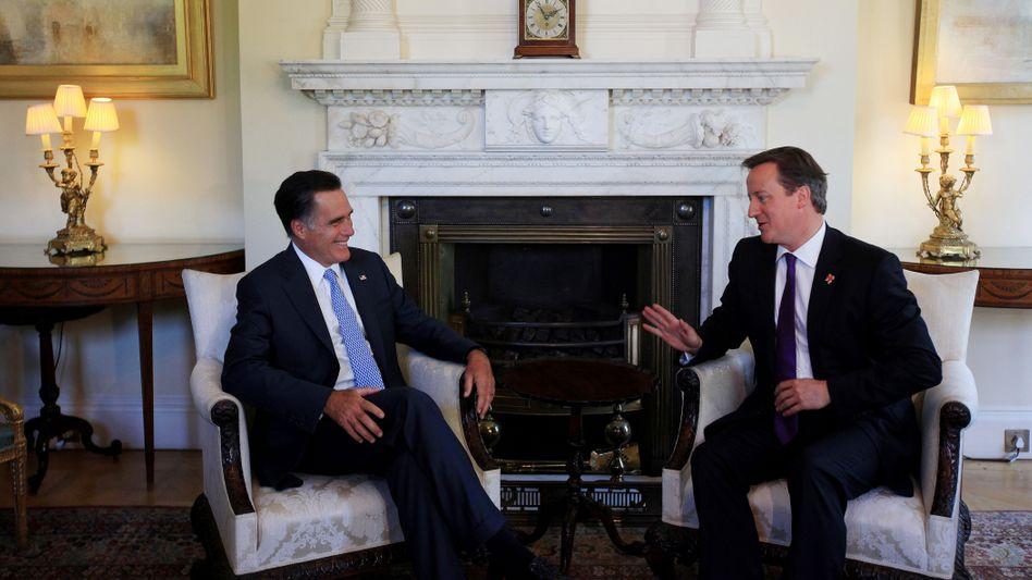 Großbritanniens Prime Minister David Cameron (r.) und US-Präsidentschaftskandidat Mitt Romney: Nach Gespräch Neubewertung der Sicherheitslage zum Olympia-Start