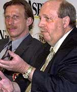 Auch Bayer-Manager Reiner Calmund (r) hat keinen Kontakt mehr zu Christoph Daum.
