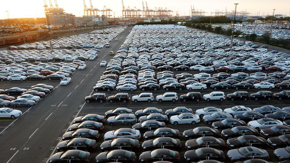 Mercedes Exportwagen in Bremerhaven: Nach Jahren des Wachstums bricht die Nachfrage für die deutschen Autobauer weg