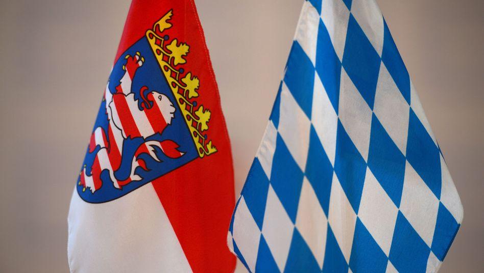 Die Landesfahnen von Hessen (l.) und Bayern: Drei Geberländer finanzieren 13 Nehmerländer