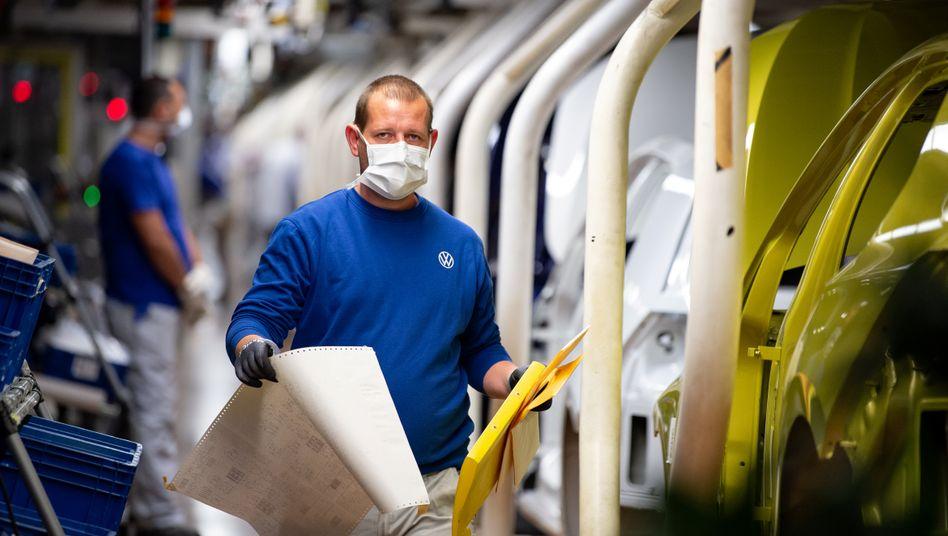 Arbeiter im VW-Stammwerk Wolfsburg (Archivbild vom Neustart der Produktion Ende April)