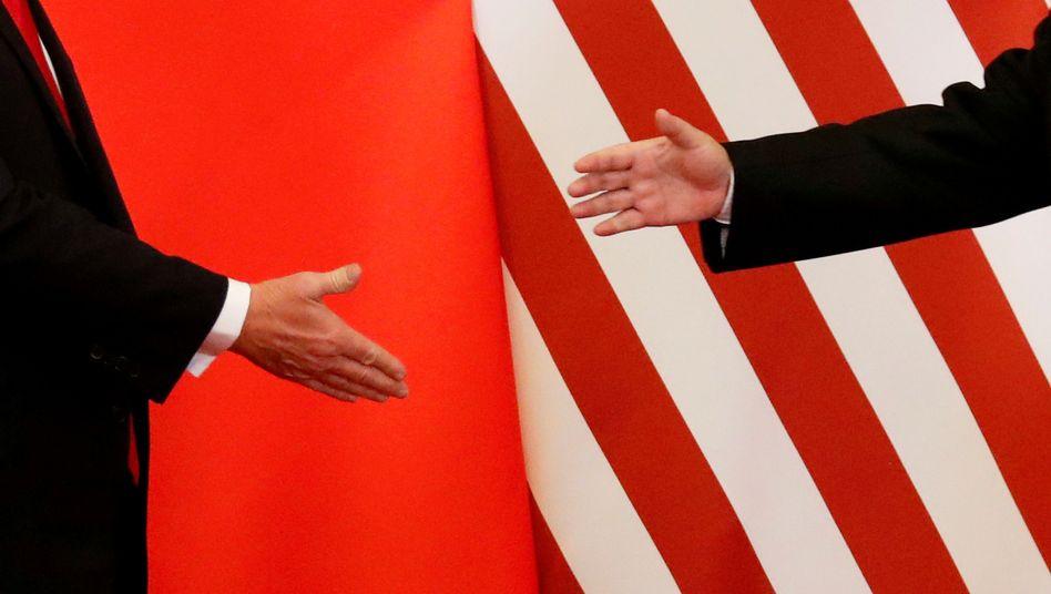 Handschlag: Die zwei weltgrößten Volkswirtschaften, die USA und China, wollen auf weitere Strafzölle verzichten. Einen ersten Teil eines Handelsabkommens will Donald Trump am 15 Januar unterzeichnen.