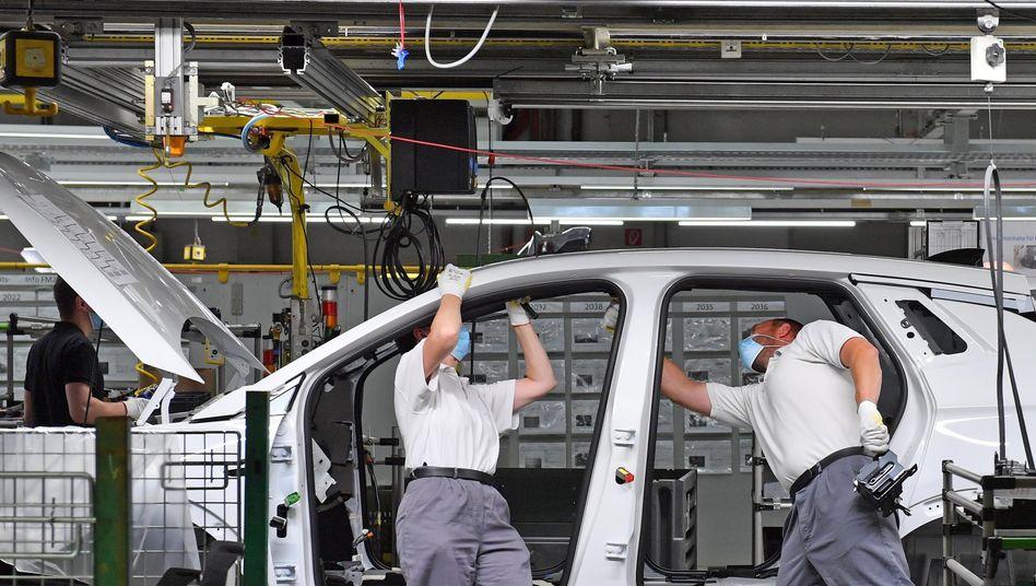 Opel-Mitarbeiter im Werk Eisenach: Auch sie müssen künftig mit deutlichen Einschnitten bei der betrieblichen Altersvorsorgung rechnen.