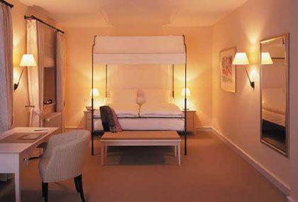 Die Gestaltung und das Interieur der Zimmer wurde konsequent im Kontrast zum klassizistischen Stil des Schlosses gehalten.