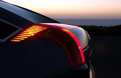 Lichtbogen am Heck: Wie ein Lavastrom ergießt sich die rote Rückleuchte von der Wurzel der C-Säule entlang der Kofferraumklappe in die Heckansicht.