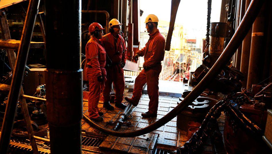 Arbeiter auf Ölplattform: Seit dem Preisverfall gehen in der Industrie immer mehr Jobs verloren