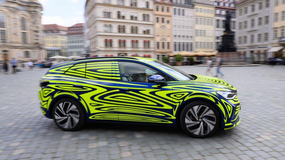 Vorführwagen des VW ID.4 - noch in Camouflage - auf dem Dresdener Neumarkt