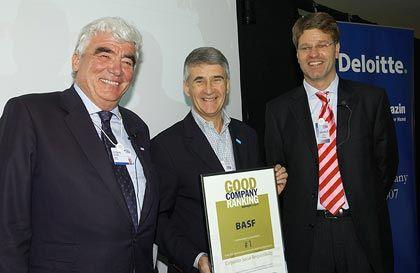Siegerehrung in Davos: Deloitte-Partner Wolfgang Grewe (l.) mit BASF-Chef Jürgen Hambrecht (M.) und mm-Redakteur Henrik Müller