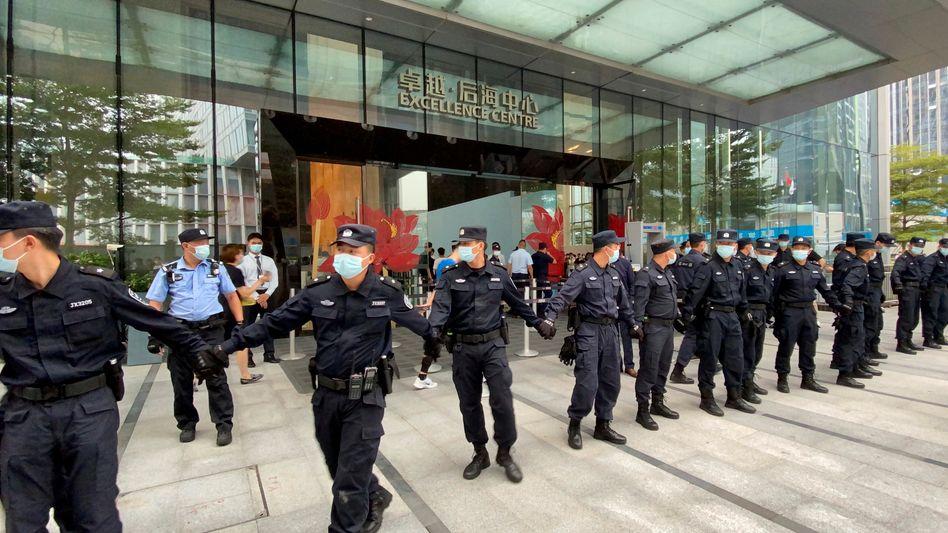 Sicherheitspersonal vor Evergrande-Hauptquartier in Shenzen: Die Wut der Investoren ist groß