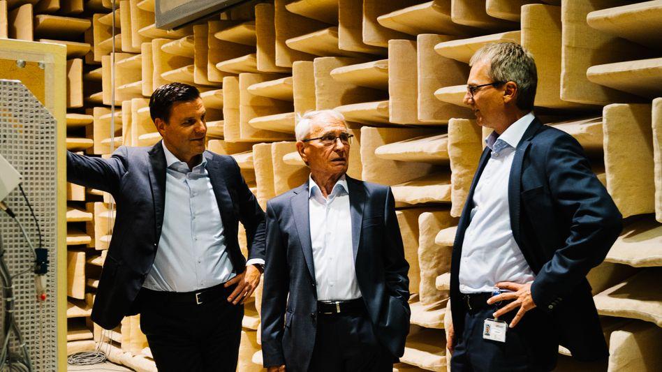 Raumgefühl:CEOStefan Brandl,FirmengründerGerhard Sturmund dessen SohnRalf(v. l.) im Geräuschmessraum von ebm-papst