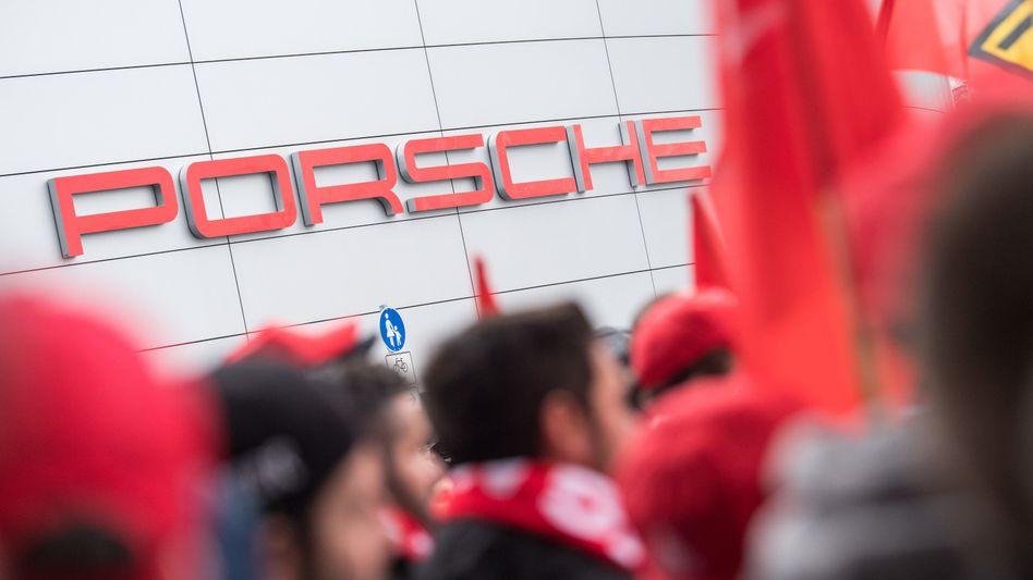 Warnstreik bei Porsche in Stuttgart: Die IG Metall hat die Beschäftigten zur Arbeitsniederlegung aufgerufen