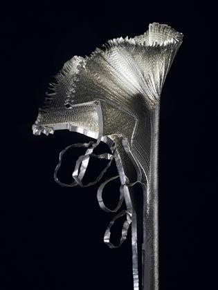 Poetische Form, kühles Material: Die Stehleuchte «aR-ingo» erinnert an eine Calla-Blüte.
