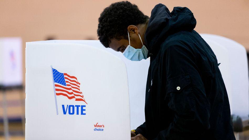 Überzeugen die Versprechen der Kandidaten? In Umfragen liegt der Herausforderer Joe Biden vor Donald Trump, doch abgerechnet wird zum Schluss