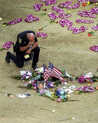 Trauer in New York: Ein Polizist gedenkt seinen toten Kollegen