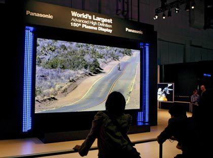 Für TV-Freaks mit großen Wohnzimmern: Mehr als eine Bilddiagonale von 3,81 Meter ist per Bildschirm noch nicht zu machen