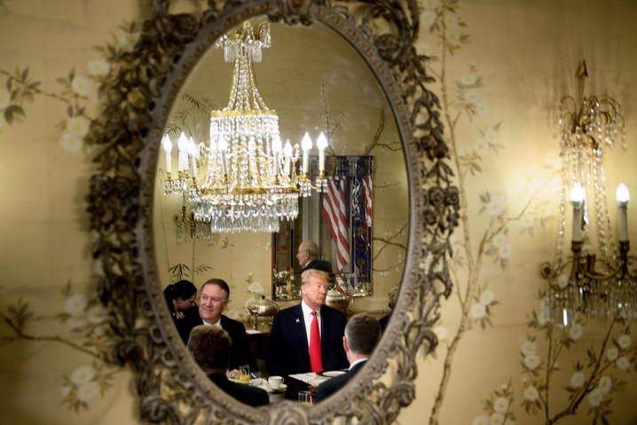 Der alte Mann und das Bündnis: Donald Trump beim Frühstück mit Mike Pompeo in Brüssel