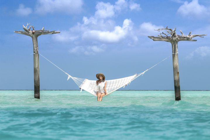 """Beliebtes Fotomotiv: Im """"Anantara Dighu"""" steht mitten im Wasser eine Hängematte."""