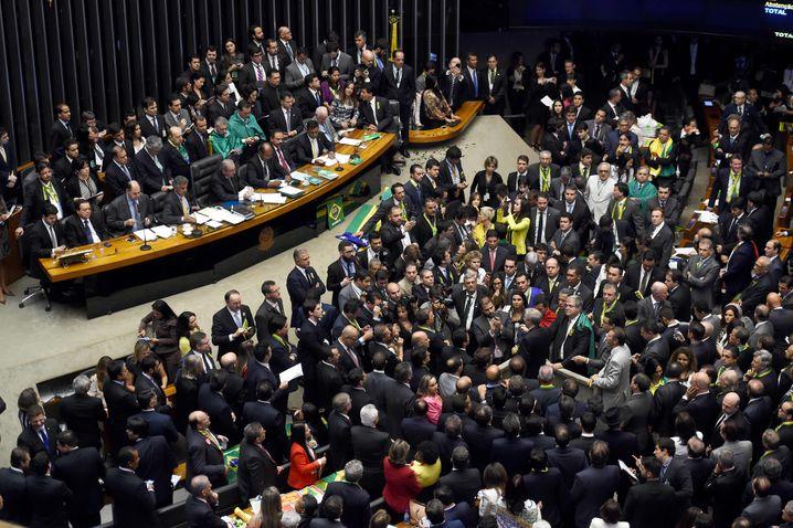 Großes Gedränge: Brasiliens Abgeordnete bei der Abstimmung zum Amtsenthebungsverfahren gegen Rousseff am Sonntag.