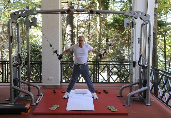Auch gut fürs Image: Krafttraining. Hier der russische Präsident Wladimir Putin bei einem Fototermin.