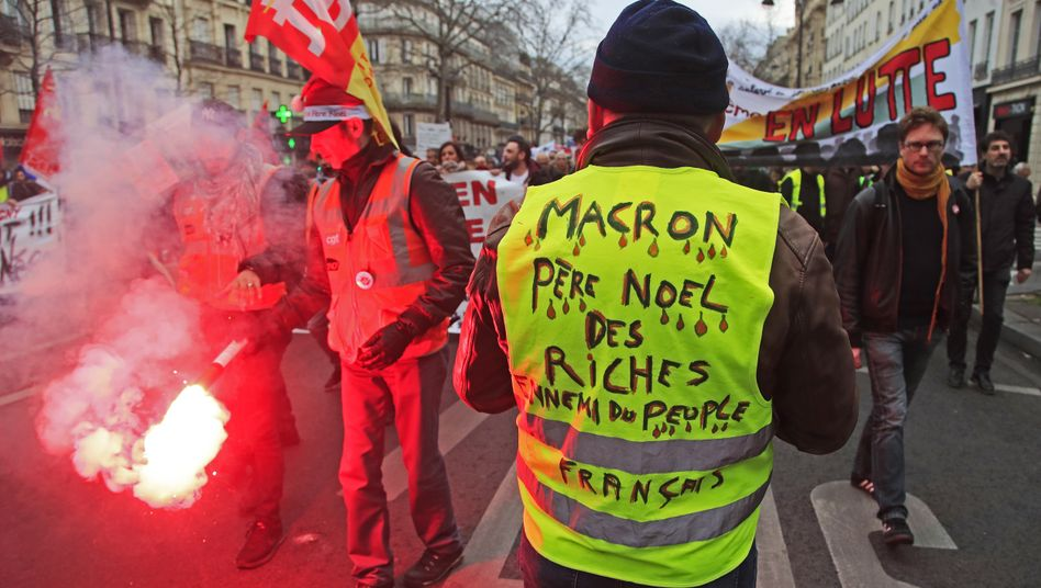 """""""Macron, Weihnachtsmann der Reichen, Feind des französischen Volks"""" - Demonstranten im Dezember 2019 in Paris"""