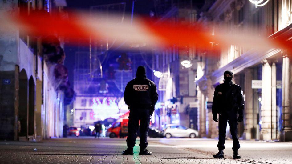 Tatort Weihnachtsmarkt in Straßburg: Die Polizei hat den Tatort hermetisch abgeriegelt, der Täter ist flüchtig