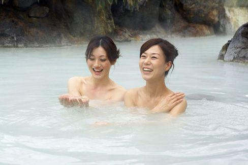 Wohliges Entspannen: Die japanischen Onsen-Bäder - hier das Tsurunoyu Onsen auf der Insel Honshu - bieten Wellness für müde Reisende
