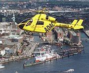 """Attraktiveren Alternative: Hubschrauber - im Bild: der ADAC-Rettungshubschrauber """"Christoph Hansa"""" vom Typ MD 900 über Hamburg - fliegen zunehmend Führungskräfte staufrei zum nächsten Termin"""