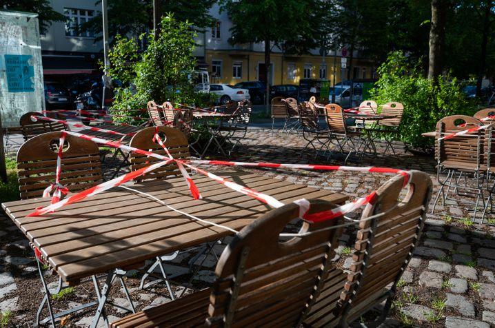 Noch gesperrte Restaurant-Tische am Mittwoch in Berlin: Über die Öffnung unter anderem von Restaurants, Hotels, Pensionen und Ferienwohnungen dürfen die Länder in eigener Regie entscheiden.
