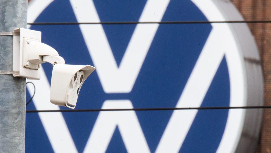 Überwachungskamera vor einem VW-Logo in Wolfsburg