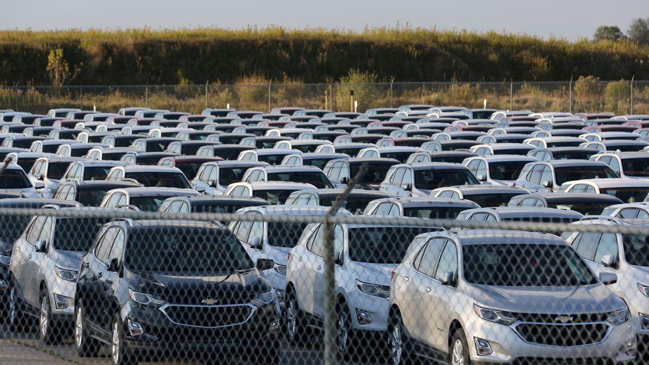 Im Warteposition: General Motors muss die Produktion wegen des Chipmangels weiter kürzen und parkt derzeit halbfertige Autos
