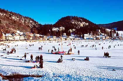 Lac de Joux: In der kalten Jahreszeit friert der Bergsee häufig komplett zu