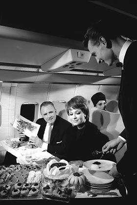Erste Klasse: Der Bordservice in den Boeing 707 Jets der Lufthansa Anfang 1960.