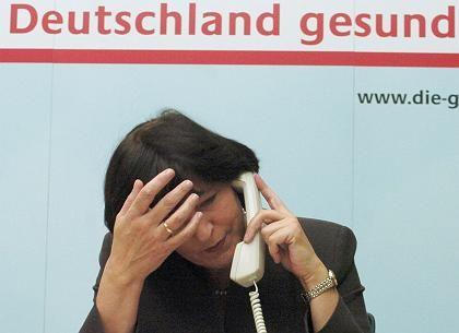 Gratwanderung: Gesundheitsminiterin Ulla Schmidt muss versuchen, die unterschiedlichen Konzepte von SPD und CDU zum Gesundheitswesen unter einen Hut zu bekommen