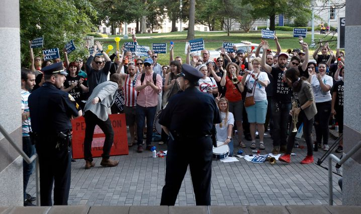 """Protest gegen das """"Toilettengesetz"""" in North Carolina: Paypal zog sich aus dem Staat zurück, Gründer Thiel hat kein Problem mit dem diskriminierenden Parteiprogramm"""