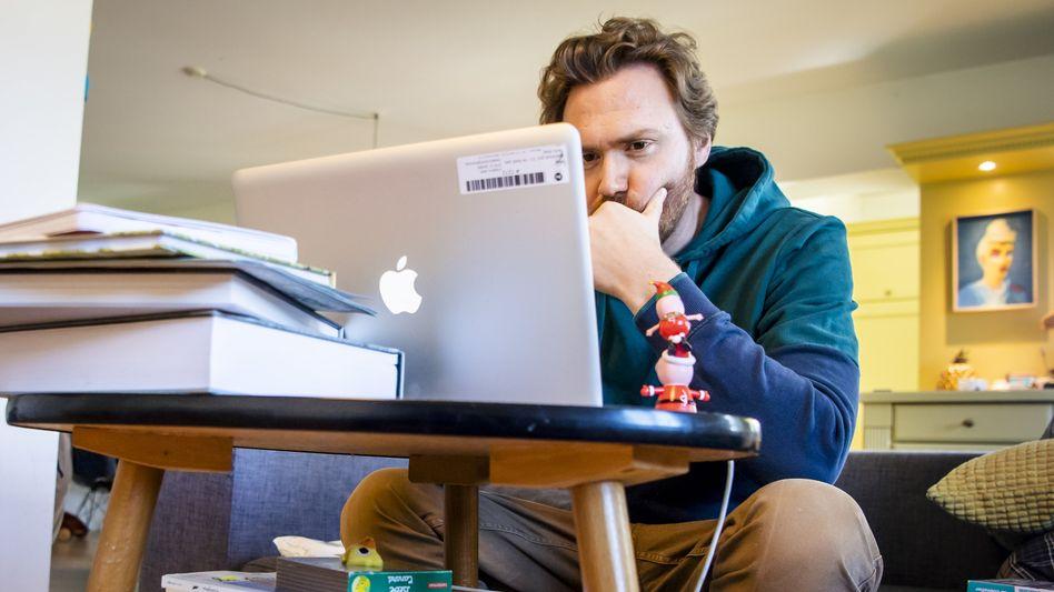 Sofa statt Bürostuhl: Viele Menschen mussten in der Corona-Krise ins Homeoffice umziehen - nicht auf Dauer, wie es in zahlreichen Unternehmen heißt