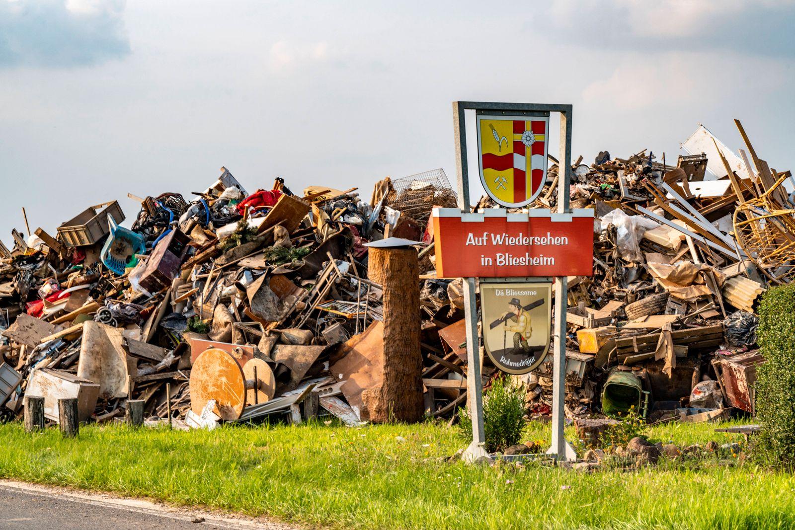 Hochwasser an der Erft, am Ortsausgang des Stadtteil Bliesheim, Erftstadt, wurde der Hausrat Müll gelagert, der aus den