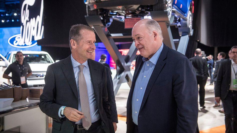 VW-Chef Herbert Diess, Ford-Chef Jim Hackett in Detroit: Allianz bei leichten Nutzfahrzeugen