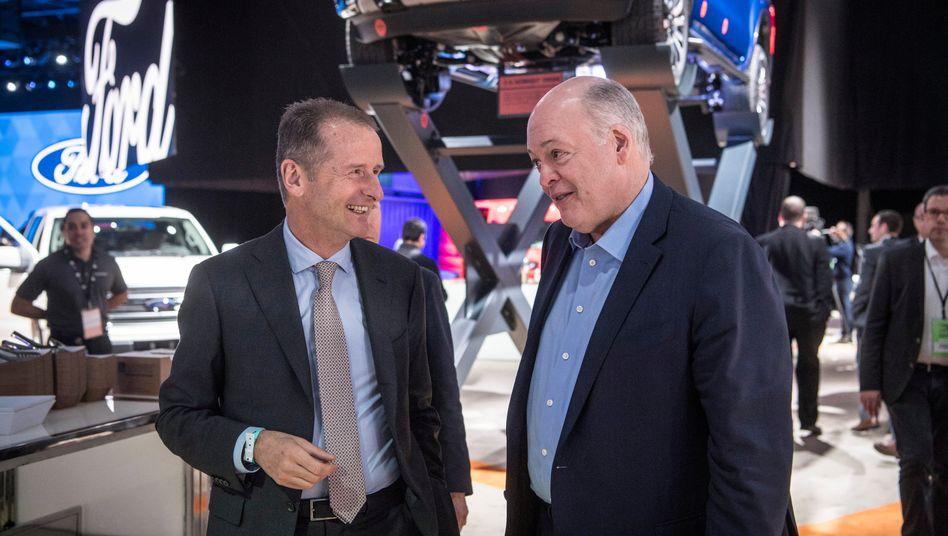 Ford-Chef Jim Hackett (r) und Volkswagen-Chef Herbert Diess: Sie kennen sich gut und haben jetzt eine Allianz für Elektroautos und autonomes Fahren besiegelt. Zudem bauen Ford und VW ihre Allianz für Nutzfahrzeuge aus.