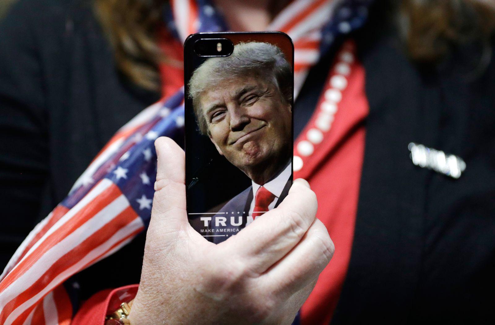Campaign 2016 Donald Trump/ Smartphone