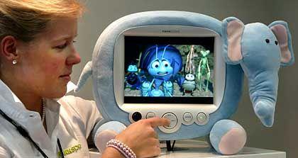 Kinder-Fernseher: Kinder sitzen immer früher vor der Glotze - und für Kinder wird immer mehr Geld ausgegeben. Beides macht den Nachwuchs zu einer attraktiven Zielgruppe, wie dieser Pädagogen-Albtraum von Hannspreem Europe zeigt