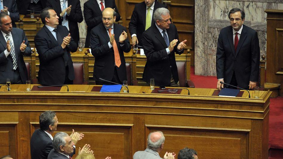 Test bestanden: 179 der 300 Abgeordneten stimmten für Samaras (r.)