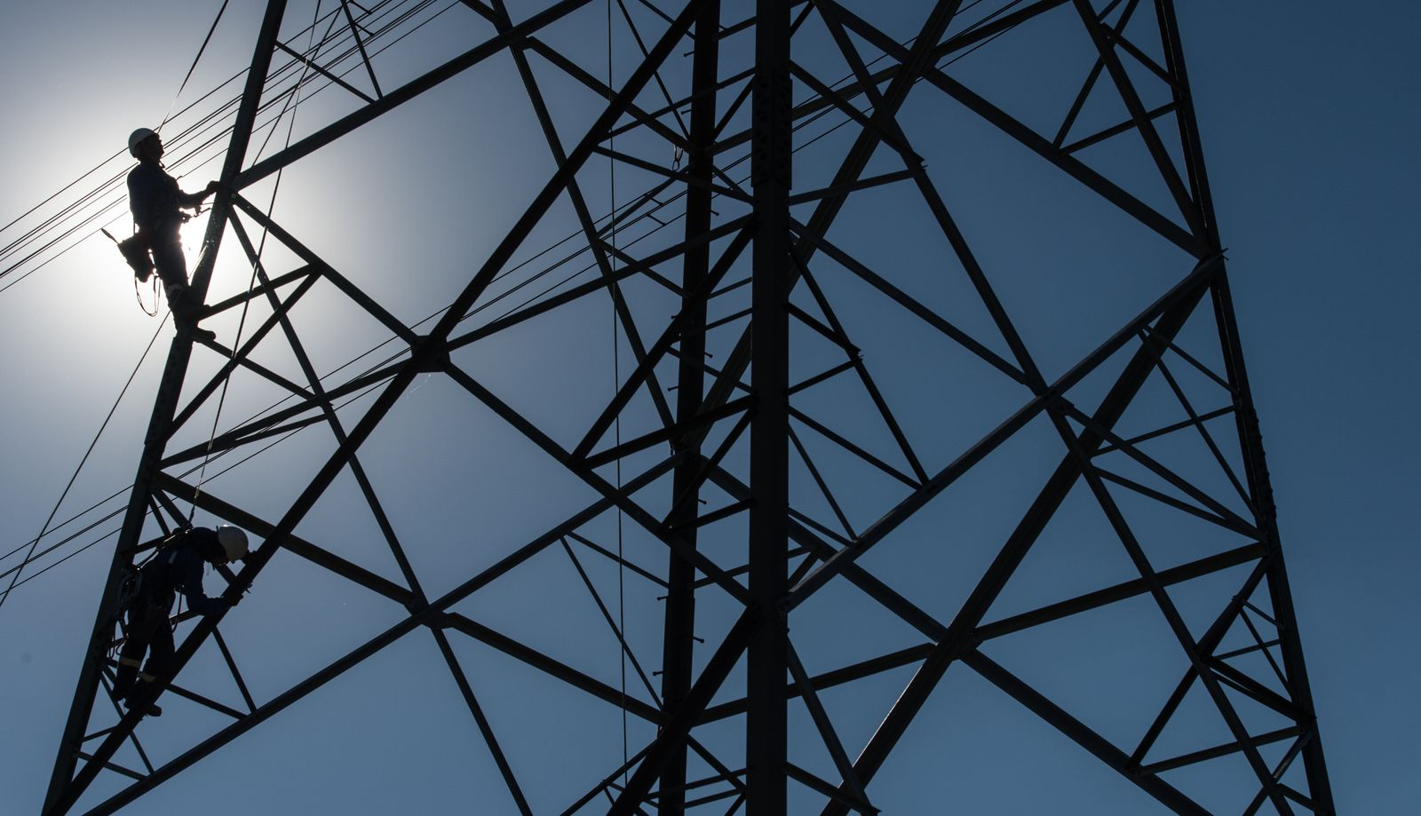 Arbeiter auf Strommast / Energie