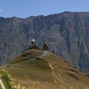 Hohe Berge und eine alte Kultur: Die Kirche Sminda Sameba liegt spektakulär vor der Kulisse des 5033 Meter hohen Berges Kasbek