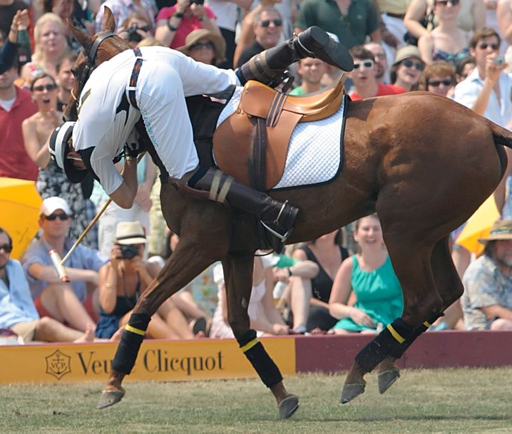 Hoppla: Polo-Sportler Prinz Harry bei einem spektakulären Abgang beim Veuve Clicquot Polo Classic auf Governors Island in New York City, 2010