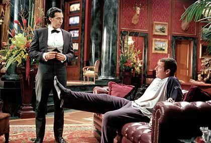"""Persönlicher Schuhanzieher: Longfellow Deeds (Adam Sandler) und sein Butler Emilio (John Turturro, l.) sind in einer Szene des Kinofilms """"Mr. Deeds"""" zu sehen"""