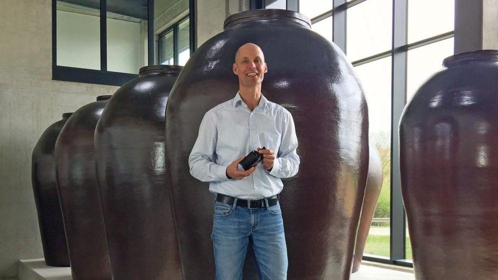 Sauer macht lustig: Friedrich Mertz vor den großen Steinzeugbehältern, die 2500 Liter Essig fassen