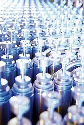 Endmontage für Parfüm: In der automatischen Dragoco-Abfüllanlage in Holzminden an der Weser werden die Duftnoten zusammengefügt